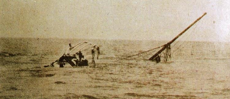 Esta foto la tomo Domingo Milord, cónsul de Cuba en Key West. Los restos del naufragio son inspeccionados por buzos de la U.S. Navy. Del libro El Misterio del VALBANERA.jpg