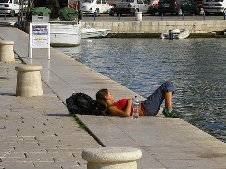 Fata nud dormind pe malul marii in Split