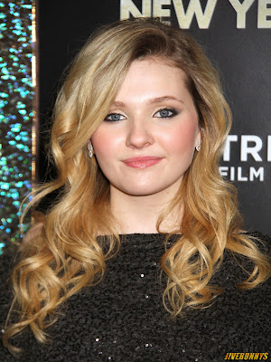Abigail breslin at award show full neck dress