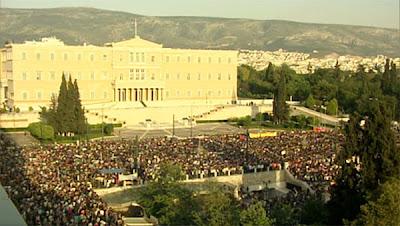 Ο καθηγητής Συνταγματικού Δικαίου Γιώργος Κασιμάτης αναλύει παράγραφο προς παράγραφο τη δανειακή σύμβαση που υπέγραψε η Ελλάδα πέρυσι τον Μάιο και τη δένει χειροπόδαρα... Μεταξύ άλλων, μ' αυτή τη δανειακή σύμβαση η Ελλάδα παραιτήθηκε ΑΜΕΤΑΚΛΗΤΑ και ΑΝΕΥ ΟΡΩΝ από κάθε ασυλία που της παρείχε η εθνική της κυριαρχία.