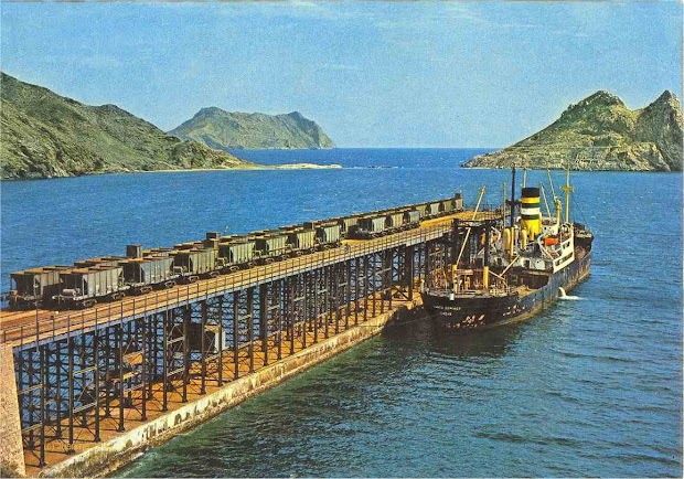 El vapor SANTO DOMINGO en el cargadero de El Hornillo. Foto de la web SPANISHRAILWAY.COM.jpg