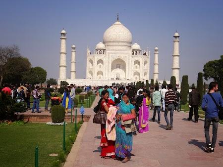 14. Indieni la Taj Mahal.JPG