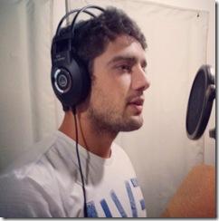 Rafael Cardoso no estúdio, durante a gravação