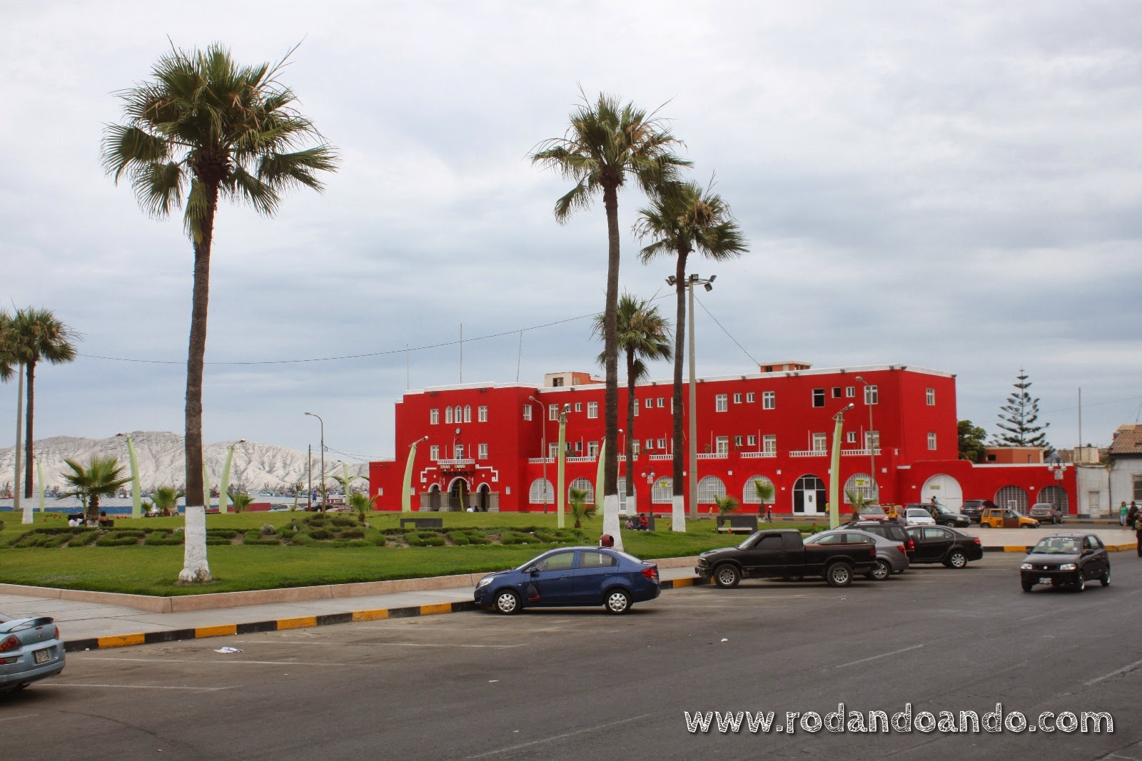 Contraste de colores en la Plaza Miguel Grau de Chimbote