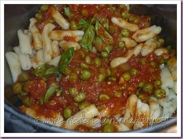 Cavatelli con sugo di pomodoro, basilico e piselli (6)