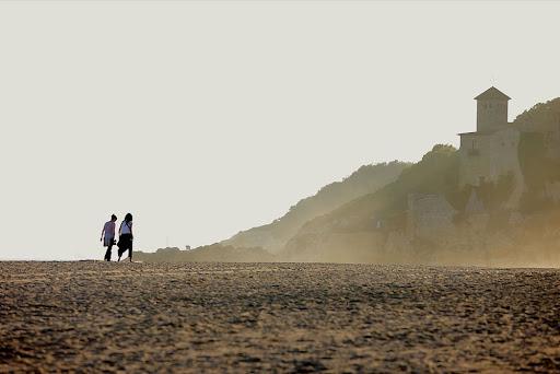 Platja d'Altafulla a l'alçada de la desembocadura del riu Gaià. L'antic poble frotificat de Tamarit al fons.Tarragona, Tarragonès, Tarragona