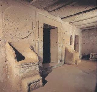 каменные кресла и круглые шиты над ними в куполах этрусского города черветери