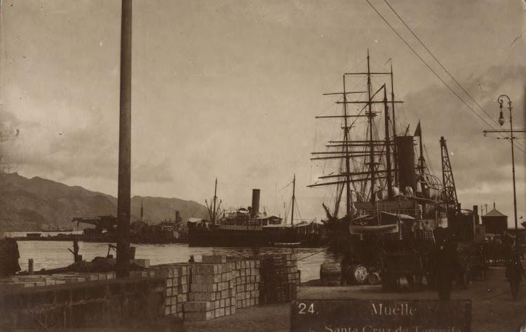 Atracados en el puerto de Santa Cruz de Tenerife dos de los correos grandes de Elder. En medio un brick-barca de origen desconocido. Archivo FEDAC.jpg