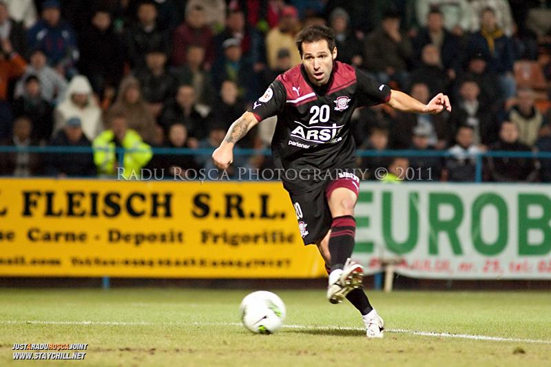 Stefan Grigorie de la Rapid deschide scorul in timpul meciului dintre FCM Tirgu Mures si FC Rapid Bucuresti din cadrul etapei a XIII-a a Ligii Profesioniste de Fotbal, disputat luni, 7 noiembrie 2011, pe stadionul Transil din Tirgu Mures.