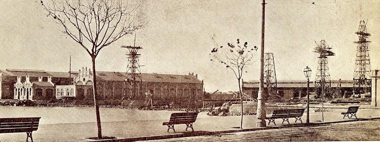 Terminación por la Compañía Trasmediterranea, de los Talleres de los Astilleros de Valencia, en 1.920. Montura de las grúas-torres. Aun no se habían emprendido las obras de las antegradas. Fotografía tomada desde el antiguo.JPG