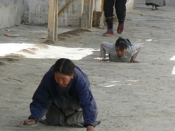 Obiective turistice Tibet: prosternari.JPG
