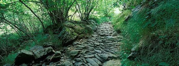 Camí de Riqüerna, camí de ferradura empedratla Vall FoscaCabdella, Pallars Jussà, Lleida2004.07