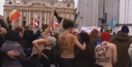 Vidéo-Les Femen se déshabillent pour le mariage homosexuel pendant l'Angelus du pape dans Politique femen+nues+au+vatican