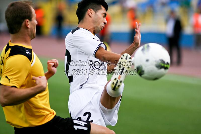 Paul Pârvulescu se lupta pentru balon cu Balázs Balogh în timpul partidei dintre Gaz Metan Medias si KuPS Kuopio (Finlanda) din cadrul turului 2 preliminar al UEFA Europa League, disputat în data de 21 iulie 2011 pe stadionul Municipal Gaz Metan din Medias.
