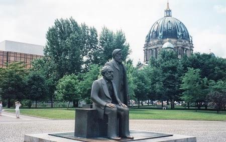 Obiective turistice Berlin: Statuia lui Marx si Engels