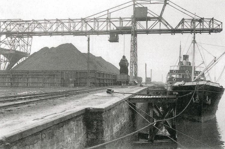 Atracado en el muelle de carbón de la dársena de Portu. Del libro Altos Hornos de Vizcaya S.A. Historia de su flota.jpg