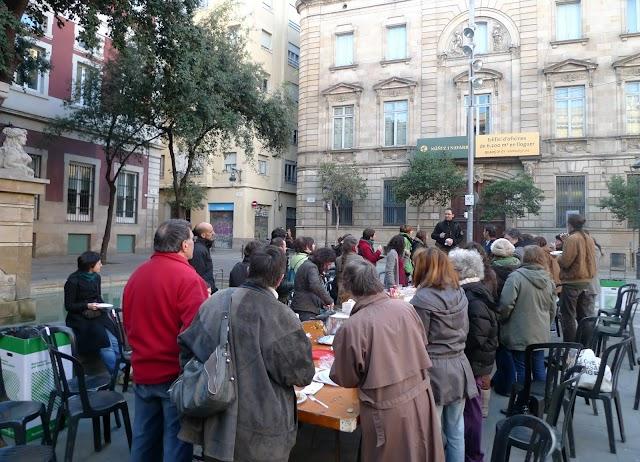 L'Associació de veïns del Gòtic va fer un dinar popular a la plaça de la Mercè