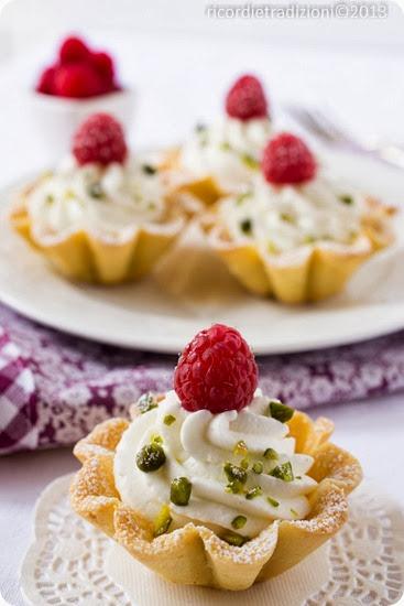 Tartellette con crema di vaniglia e lamponi