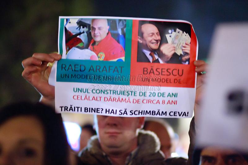 Un protestatar afișează un mesaj de solidaritate în centrul orașului Tîrgu Mureș cu ocazia unui miting spontan organizat impotriva noii legi a sănătații și pentru a-și arăta afecțiunea față de fostul subsecretar de stat în Ministerul Sămătății, doctorul Raed Arafat și a serviciului medical de urgență SMURD, joi 12 ianuarie 2011