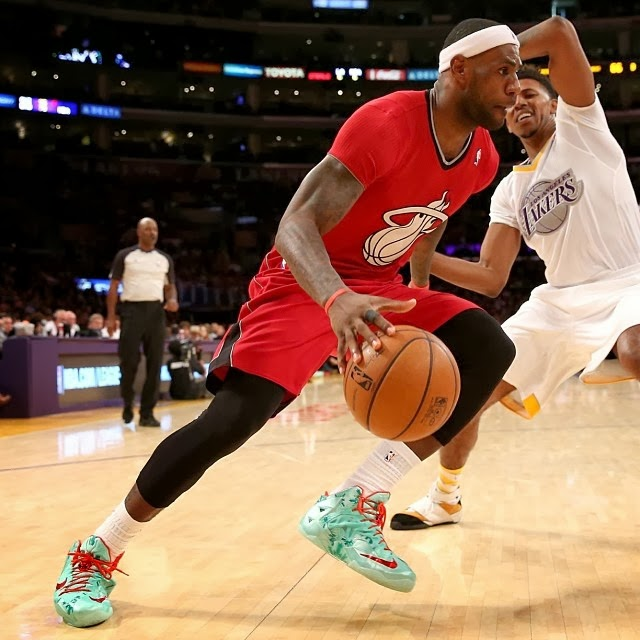 eb5aa24883631f ... James Unwraps Christmas LeBron 11 Shoes in Win Over Lakers ...