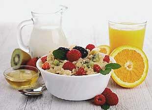 Colazione di cereali, frutta, arancia, latte e miele