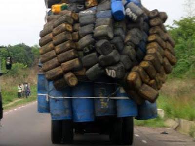 Un camion surchargé sur la nationale n°1 en RDC. 27/09/2006