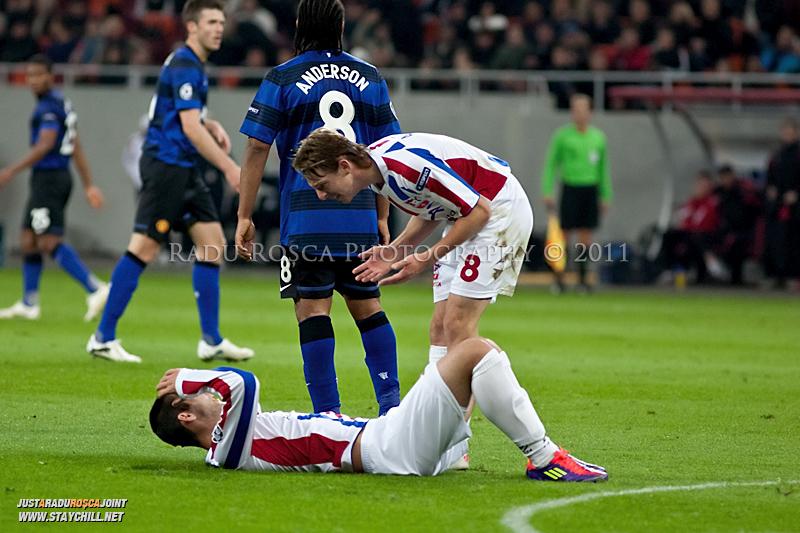 Liviu Antal (8) il cearta pe Bratislav Punosevac dupa o ratare in timpul meciului dintre FC Otelul Galati si Manchester United din cadrul UEFA Champions League disputat marti, 18 octombrie 2011 pe Arena Nationala din Bucuresti.