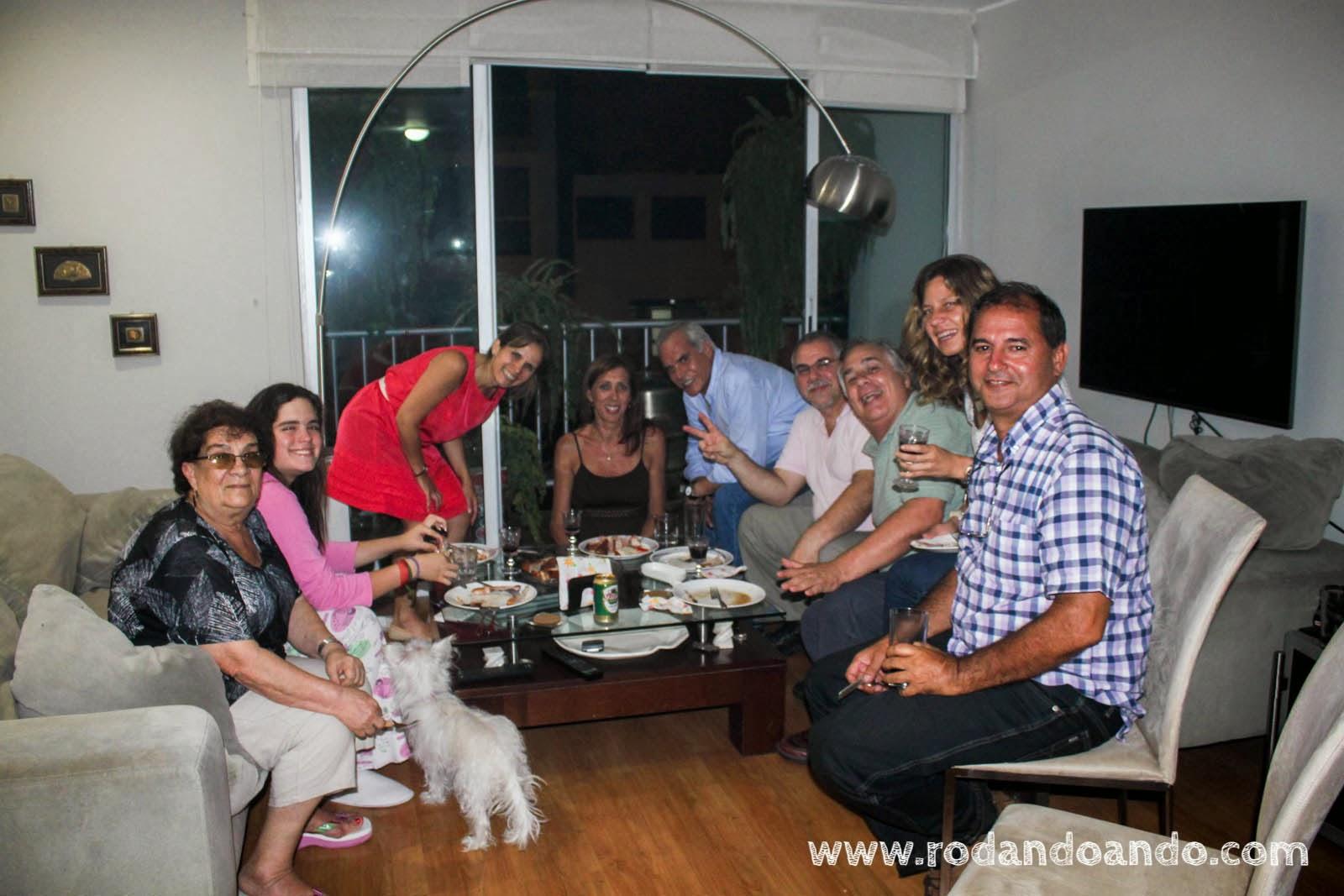 En casa de Mónica al lado su mamá, su hija, Ivan, Federico, Karina y Jorge