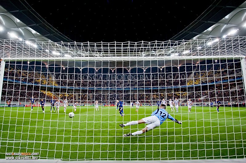 Wayne Rooney executa un penalty si deschide scorul in timpul meciului dintre FC Otelul Galati si Manchester United din cadrul UEFA Champions League disputat marti, 18 octombrie 2011 pe Arena Nationala din Bucuresti.