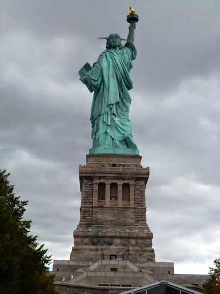 自由の女神を後ろから