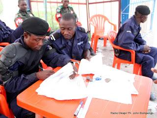 Des policiers montent la garde devant le centre de compilation le 2/12/2011 à l'enceinte de la foire internationale de Kinshasa, pour les élections de 2011 en RDC. Radio Okapi/ Ph. John Bompengo