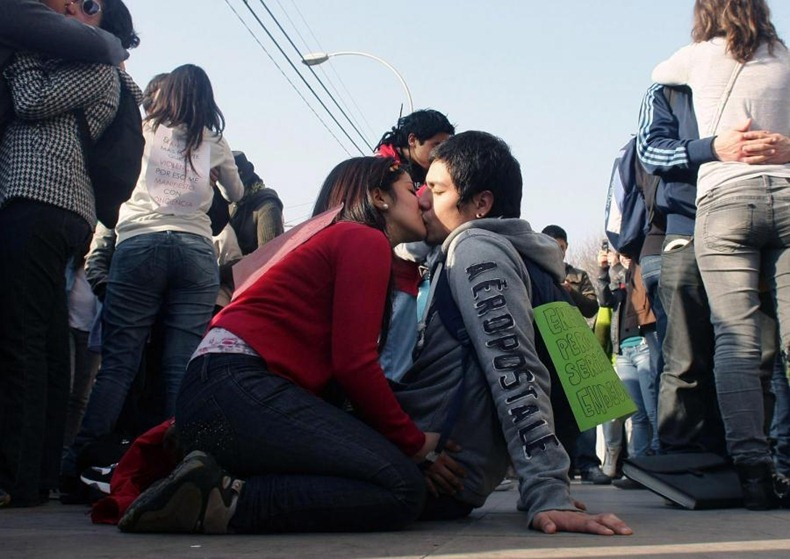 kissing-protest-6