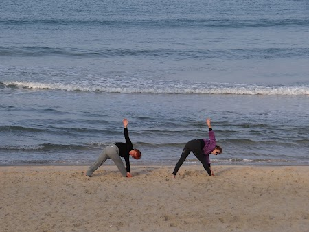 42. Gimnastica pe malul Mediteranei.JPG