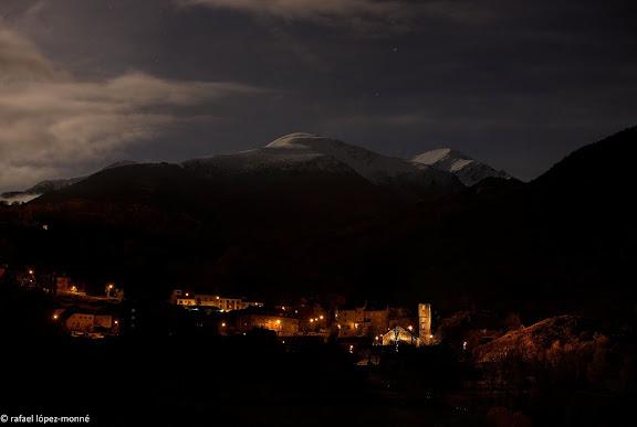 El poble de Boi i l'esglesia romanica de Sant Joan de Boi, segles XI i XII, sota la llum de la lluna.La Vall de Boi, Alta Ribagorca, Lleida