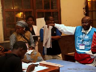 Dépouillement des bulletins de vote pour des candidats aux élections de 2011 en RDC, en présence des témoins le 28/11/2011 à Kinshasa. Radio Okapi/ Ph. John Bompengo