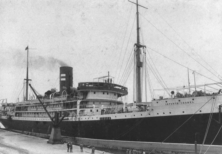 El vapor INFANTA ISABEL en el puerto de Barcelona. En la chimenea lleva la enseña de la compañía. Del libro VAPORES.jpg