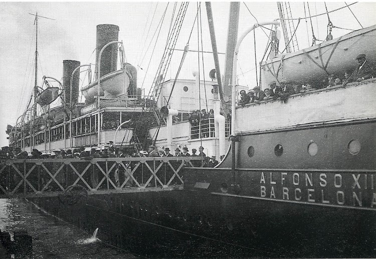 14-El ALFONSO XIII, desembarcando pasaje en el puerto de Gijón. Del libro GIJON. VISION Y MEMORIA PORTUARIA..jpg