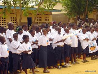 Enseignants et élèves d'une école à Kinshasa, 19/11/2011.