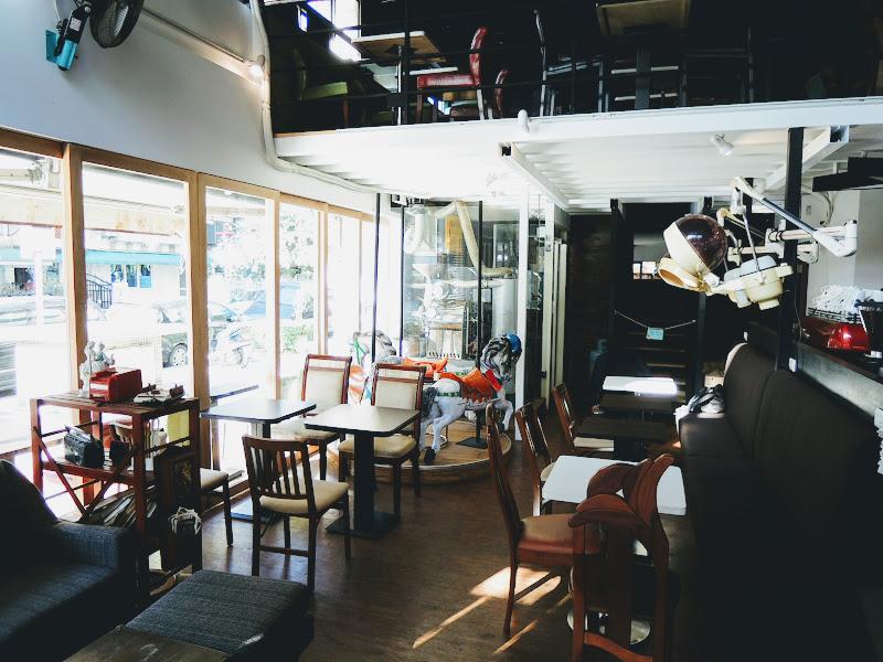 一走進 NOTCH 咖啡工場左手邊的座位區.jpg