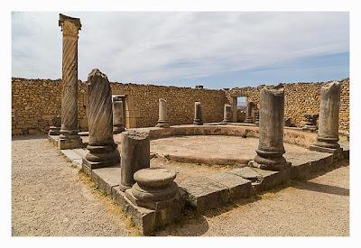 Volubilis - Säulen umrahmen den Innenhof einer römischen Villa
