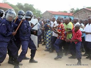 Simulation de la maitrise de manisfestant par la police à Kisangani, décembre 2010.