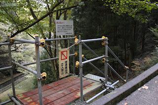 水路へ下りる階段