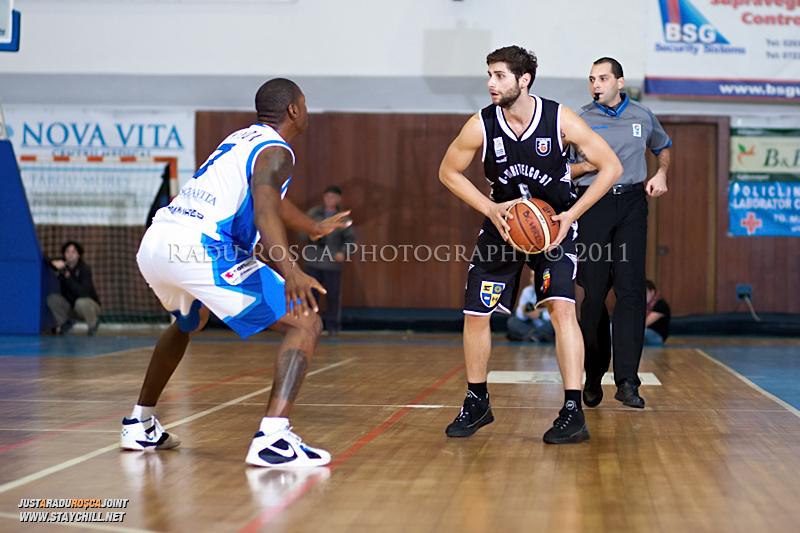 Mihai Paul este aparat de Calvin Watson in timpul  partidei dintre BC Mures Tirgu Mures si U Mobitelco Cluj-Napoca din cadrul etapei a sasea la baschet masculin, disputat in data de 3 noiembrie 2011 in Sala Sporturilor din Tirgu Mures.