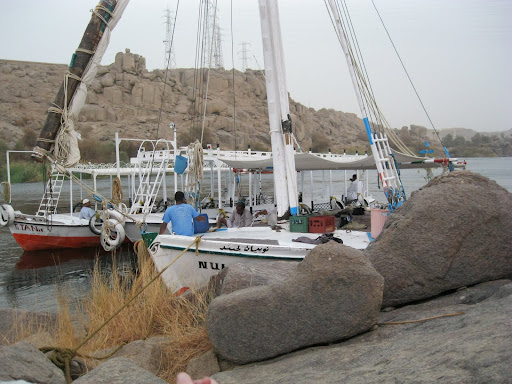The titanic was helping out another felucca from a different tour