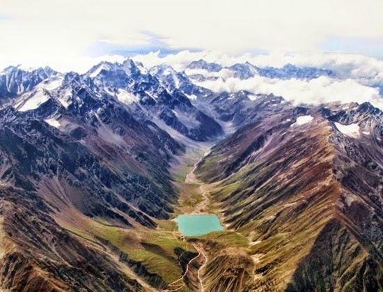 Estrada_de_Karakoram_na_China_e_no_Paquista_o._E_a_estrada_internacional_pavimentada_a_mais_alta_do_mundo.