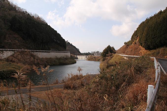 上流よりダム湖と堤体を望む