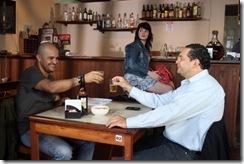 Morte Cega - cena do filme. Descrição: dois homens conversando em uma mesa
