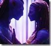 Momento amoroso entre los dos Na'vi protagonistas de «Avatar»