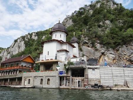 Croaziera pe Dunare: Manastirea Mraconia