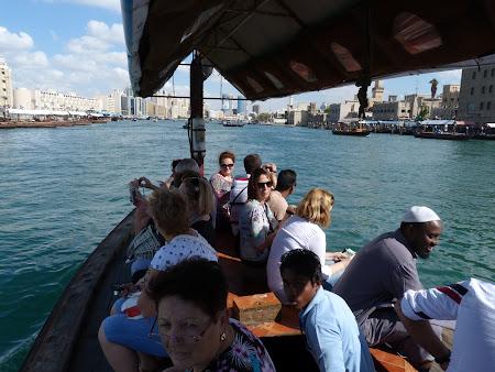 Obiective turistice Dubai: traversare cu abra